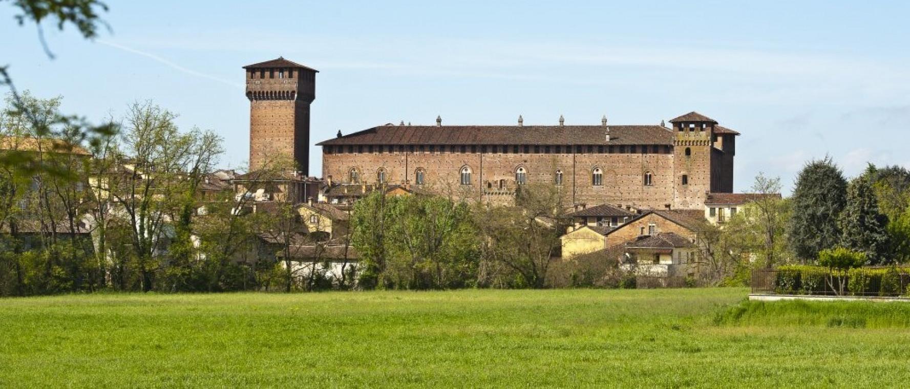 Castello Morando Bolognini con prato